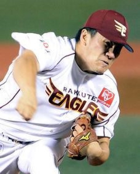 プロ野球選手の田中将大投手思い切り投げる姿 壁紙