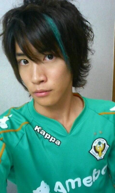サッカーチームのユニフォームを着た白石隼也