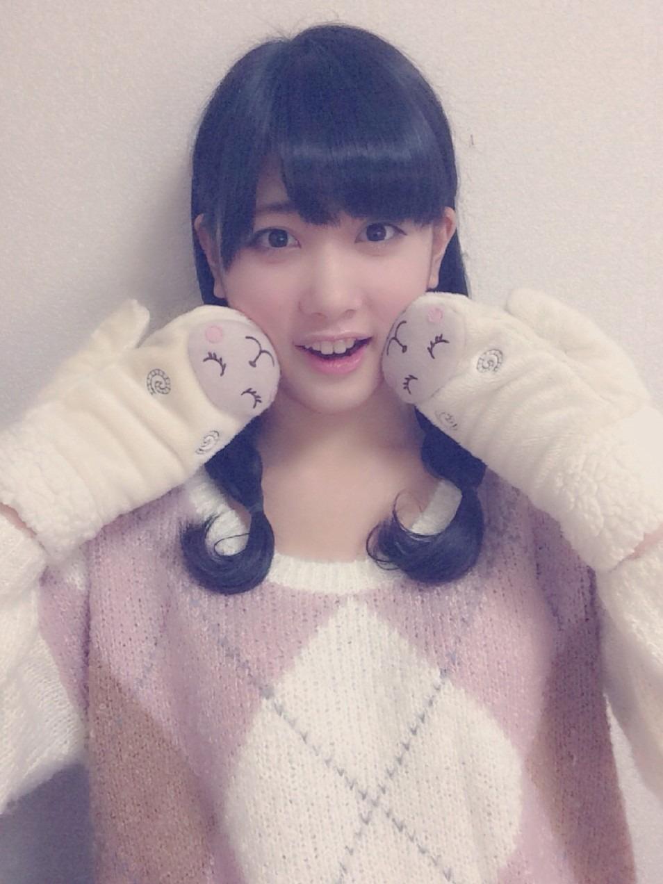 羊の手袋で可愛くポーズをする伊藤純奈