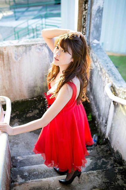赤のドレスに巻き髪が大人っぽい