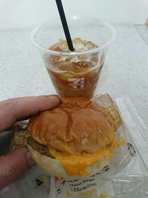 チーズバーガーとアイスコーヒー。の画像(プリ画像)