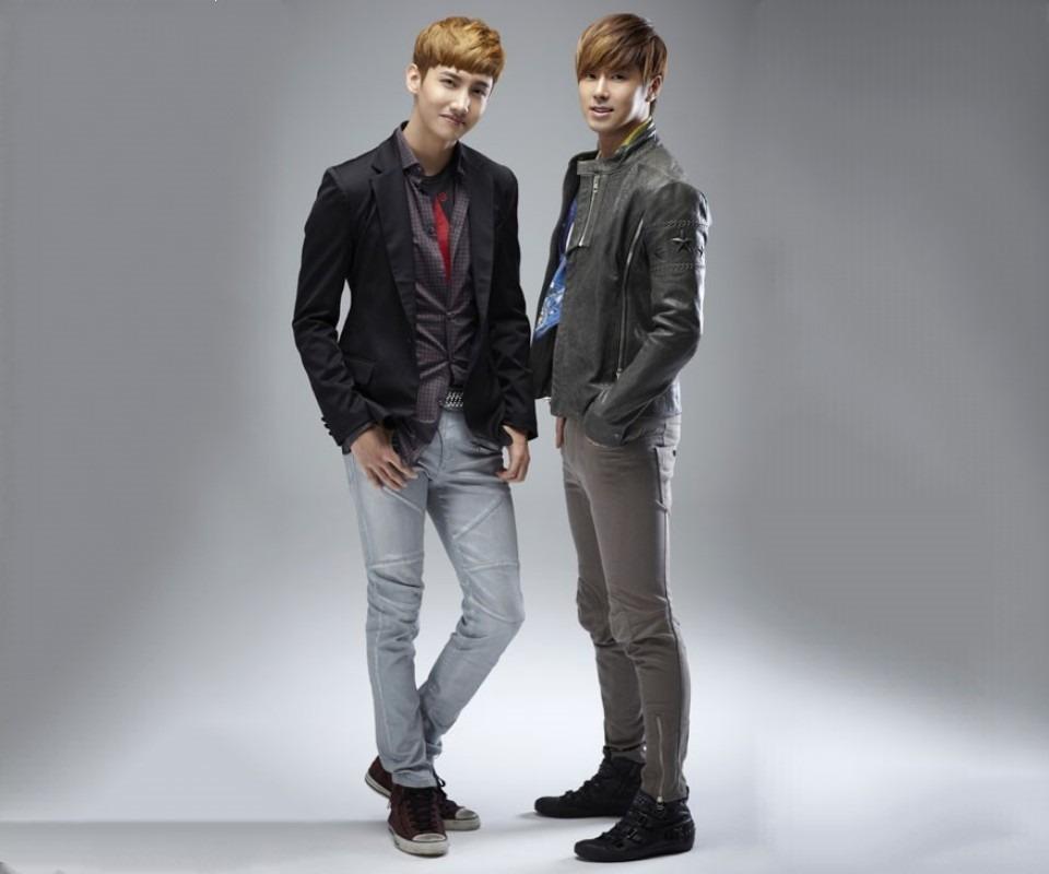 スーツ姿の2人の高画質壁紙画像です。