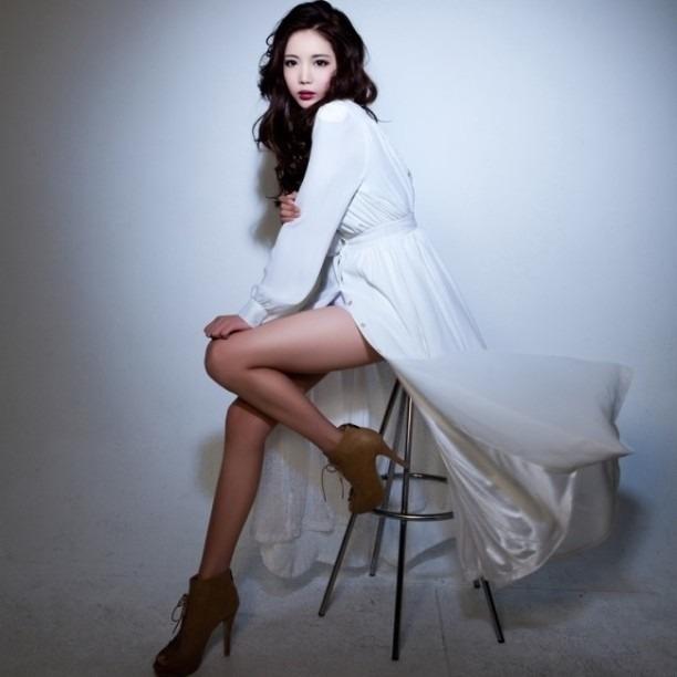 白いワンピースを着ているト・フェジ高画質画像です。