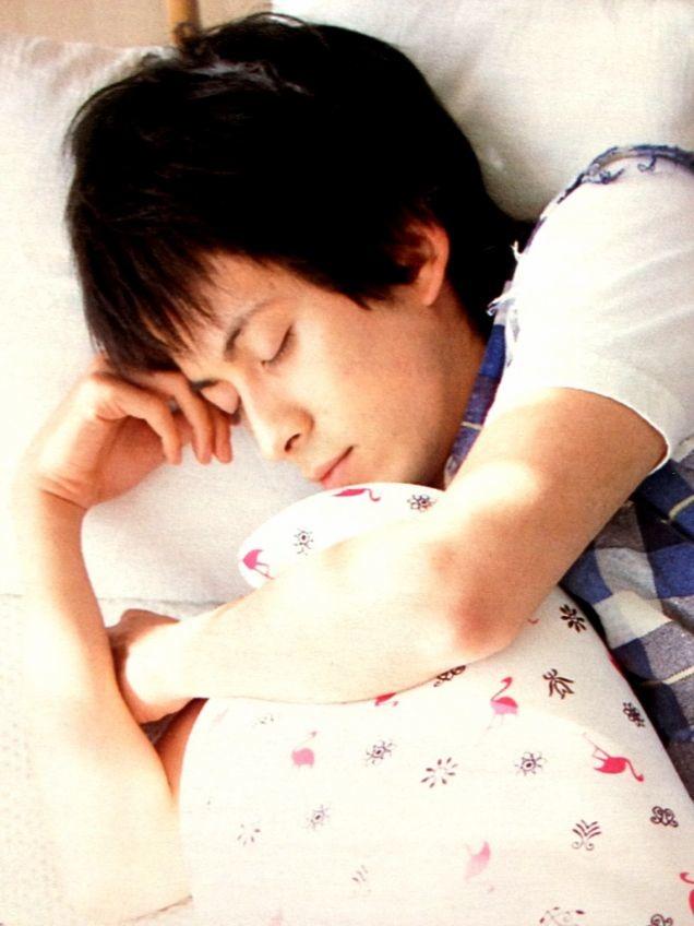 枕を抱きしめて眠る岡田准一