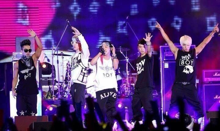 ライブでメンバー全員がファンに手をふっている高画質画像です。