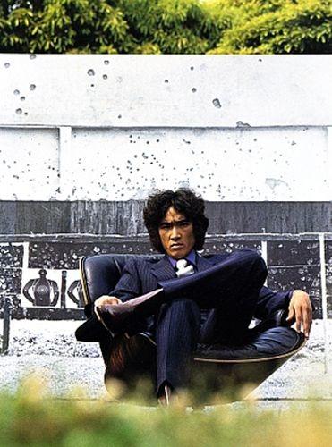 かっこいい座り方の松田優作
