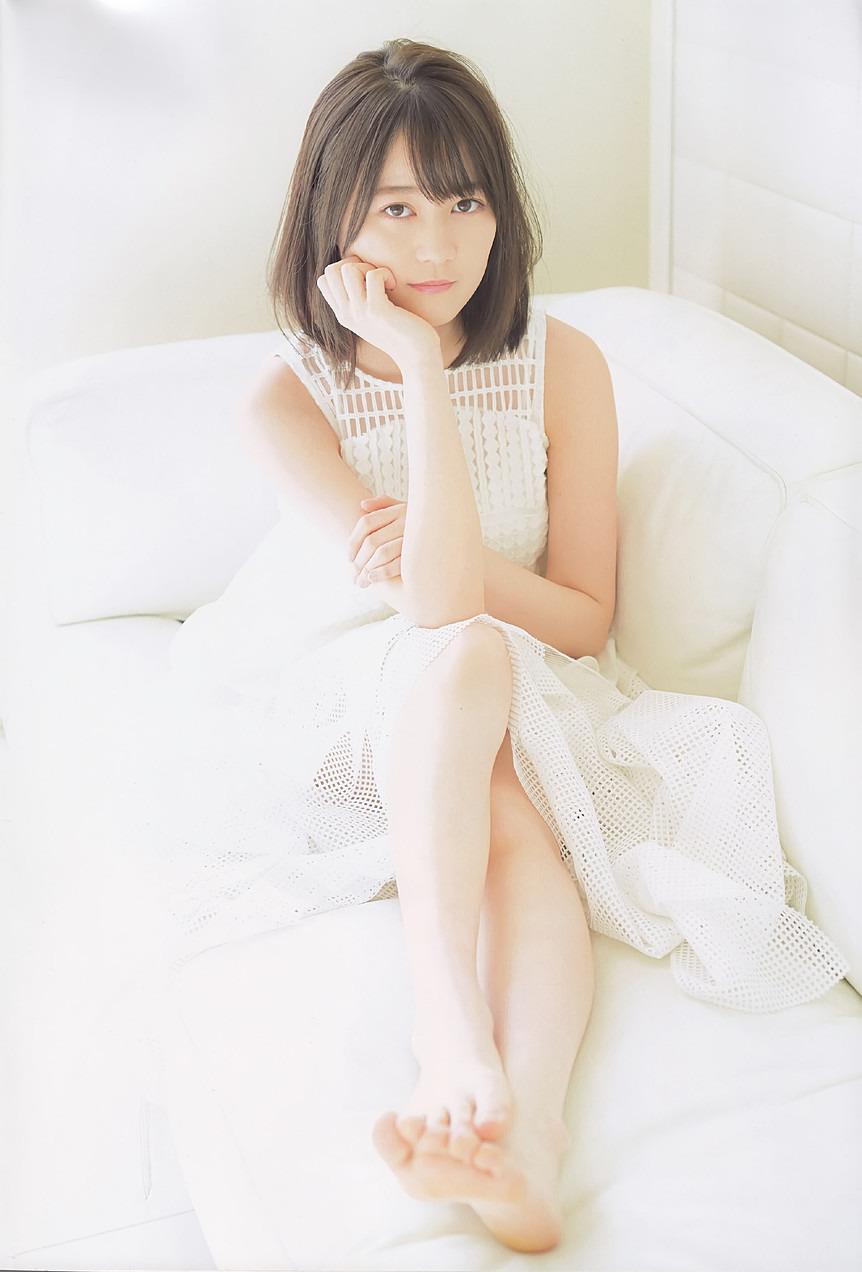まぶしい白の衣装の生田絵梨花です。