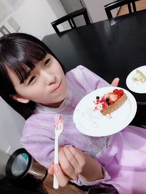 スイーツを食べている大園桃子です。
