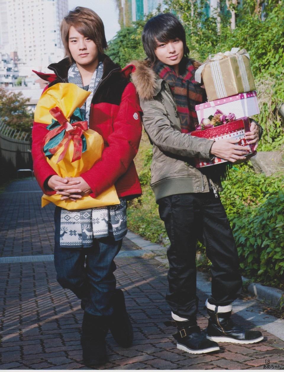 プレゼントを抱える岡本圭人