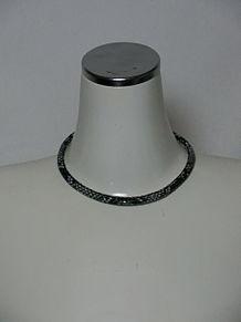ファッションアテンダント横路さんのワイルドなネックレスの画像(ネックレスに関連した画像)