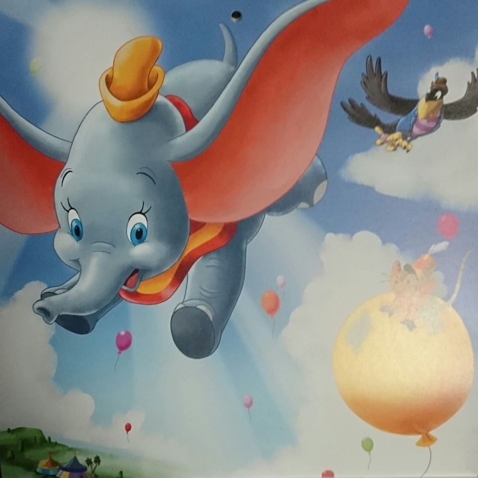 カラスと一緒に空を飛んでいるダンボです。