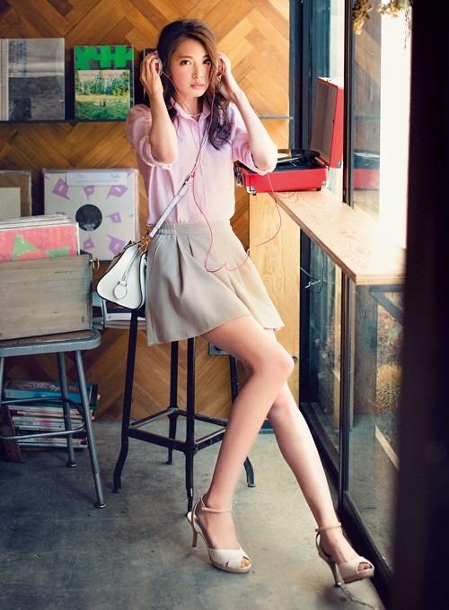 ピンクのシャツにミニスカートでオフィスカジュアルなファッションの宮田聡子