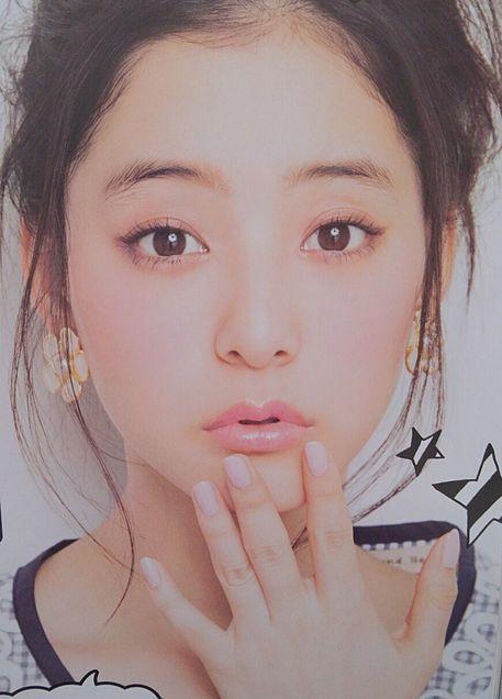 かわいらしいメイクの新木優子。