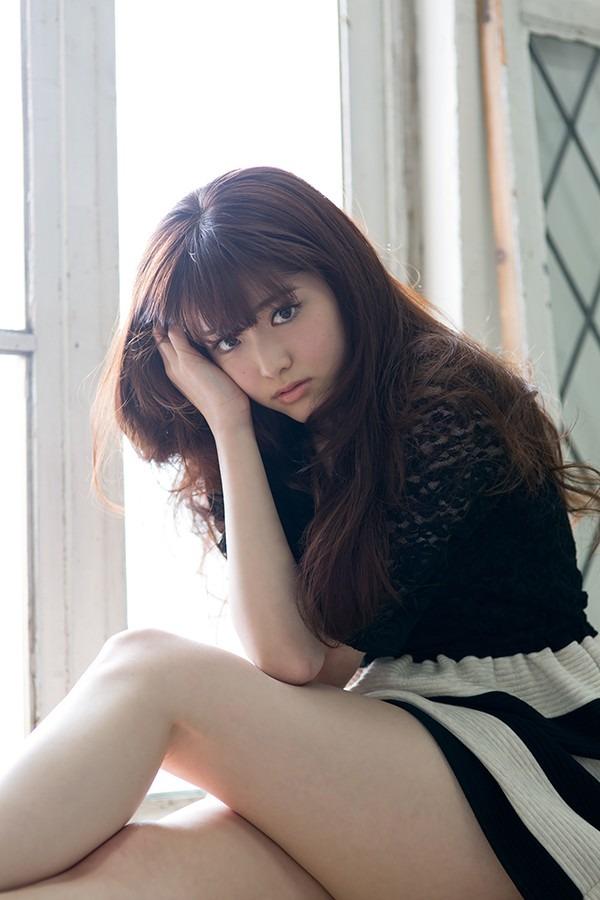窓辺に座っている松村沙友理