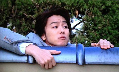 塀を必死に登っているEXILEのTAKAHIROの画像